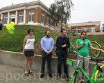 LimeBike 运营经理梅根·科尔福德(Megan Colford,右一)表示,有很多社区居民过来咨询。(大纪元)