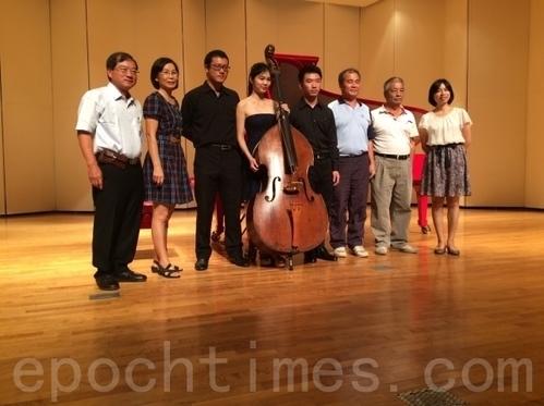 左起:張兆榮醫師、林佳臻媽媽、張逸中、林佳臻、王智玄、林佳臻爸爸。(徐小雲/大紀元)