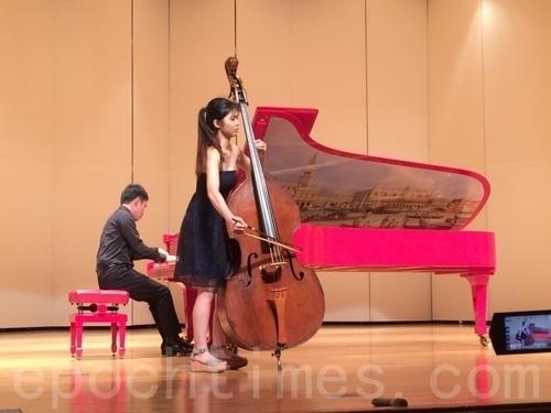 林佳臻演奏低音大提琴。(徐小雲/大紀元)