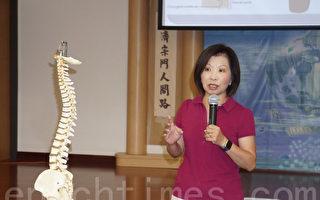 图:林琬真治疗师说不良姿势,容易造成脊椎和肩膀问题。(易永琦/大纪元)