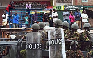 肯亞大選相關暴力情事今天造成4人喪生。圖為9日,內羅畢貧民窟警民對峙。(CARL DE SOUZA/AFP/Getty Images)