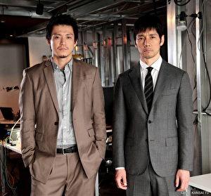 同為人夫人父的小栗旬(左)與西島秀俊(右),經常在拍戲空檔大聊爸爸經。(緯來戲劇台提供)
