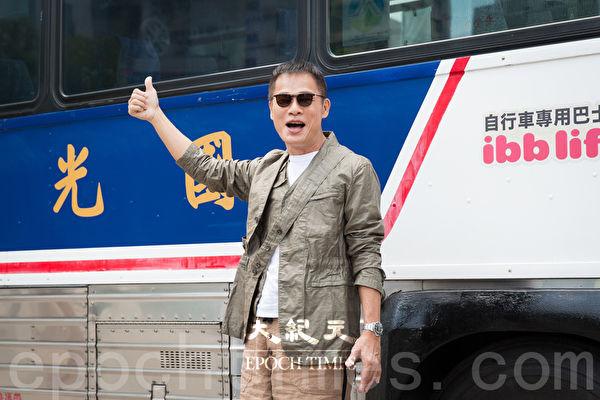 歌手罗大佑8月11日在台北搭乘国光号巴士登场,象征游子归乡。(陈柏州/大纪元)