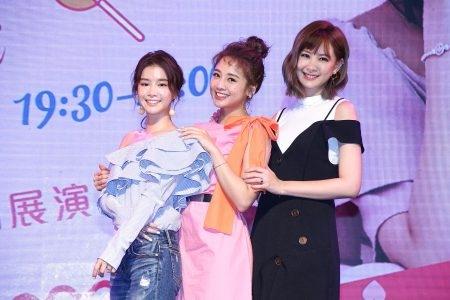 吴映洁(中)于8月11日举办庆生会,好友李佳颖(左)、安心亚(右)特别献上生日礼。(好朋友工作室提供)