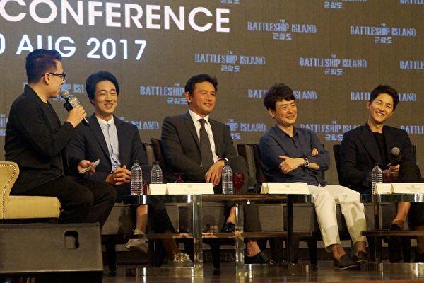 韓國年度鉅作《軍艦島》導演柳承完連同一眾主演,黃晸玟、蘇志燮和宋仲基,來馬來西亞為該電影宣傳造勢。圖為在周四(8月10日)舉行的記者會。(高䬠/大紀元)