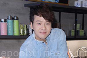 李岗霖于2017年8月13日在台北担任某饮品店一日店长活动。(黄宗茂/大纪元)