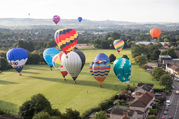 2017年8月11日,英国布里斯托的国际热气球节,热气球在空中飘荡场面壮观。(Matt Cardy/Getty Images)