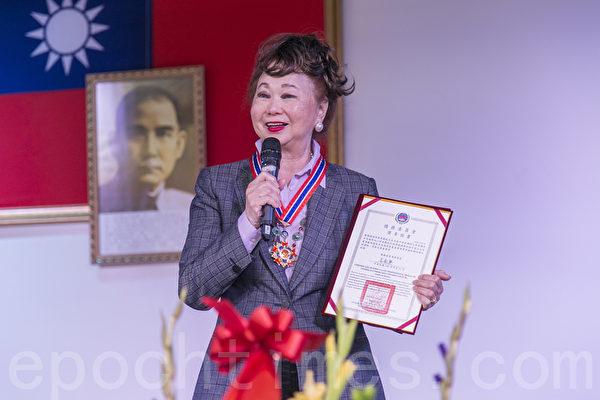 北加州首位一等华光奖章 崔竞干获颁侨委会最高荣誉