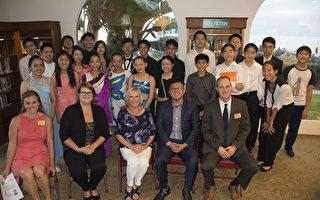美国青年领袖联合会圣地亚哥分会(AYLUS San Diego Branch)的年轻高中生们成功举行了第二届年度义演,为圣地亚哥聋哑人服务中心筹款。图为小艺术家们和来宾合影。前排右一至三分别为Casa de Manana经理,国会议员Scott Peters办公室代表Anthony Nguyen,圣地亚哥聋哑人服务中心主席Patricia Sieglen-Perry。(杨婕/大纪元)