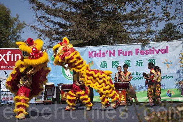 台中光正国小在第8届硅谷国际童玩节上演出的祥狮献瑞节目。(周凤临/大纪元)