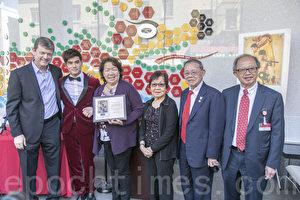 電影《龍之誕生》的導演喬治·諾菲(左1)向東華醫院贈送《龍之誕生》紀念牌,表達對李小龍誕生地的懷念和敬意。(曹景哲/大紀元)