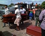 2017年8月17日,委内瑞拉政府安全部队午夜突袭首府阿亚库乔港监狱,造成37名囚犯丧生。图为家属领回暴动中遇害的亲人尸体。(STR/AFP/Getty Images)