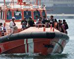 西班牙海岸巡防队18日在摩洛哥与西班牙间海域上,救起将近600名移民。(JORGE GUERRERO/AFP/Getty Images)
