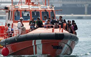 西班牙海岸巡防隊18日在摩洛哥與西班牙間海域上,救起將近600名移民。(JORGE GUERRERO/AFP/Getty Images)
