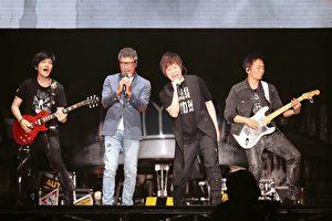 """五月天全新世界巡演""""人生无限公司""""在北京开唱,李宗盛(左二)现场力挺,一起表演《凡人歌》。(相信音乐提供)"""