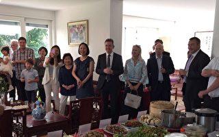 驻瑞士代表处举办台湾美食节,邀请瑞士多位政要品尝卤肉饭、炒米粉、盐酥鸡等台湾小吃,受到热烈回响。(瑞士代表处提供)(中央社)