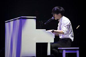 盧廣仲20日在台北舉辦「春季巡迴安可場台北站」第二場,在台上深情彈奏吉他演唱《蚊子》等歌曲。(添翼創越工作室提供)