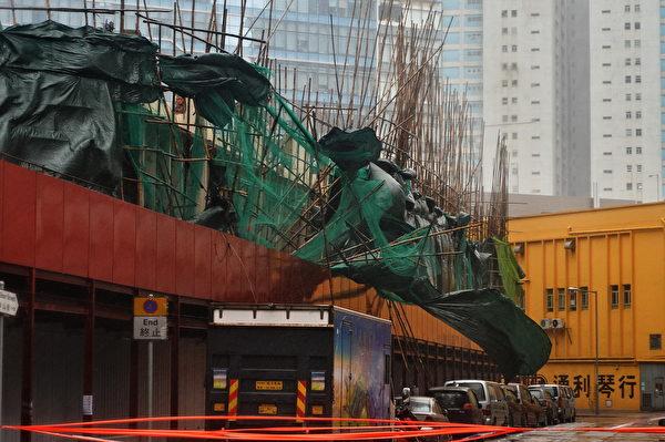 8月23日,天鸽袭港,天文台改挂10号风球,强风将许多建物上的广告展板吹毁。(余钢/大纪元)
