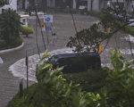 日前天鸽袭港,天文台改挂10号风球,杏花村被海水倒灌,一片泽国。(余钢/大纪元)
