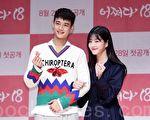 SHINee成员崔珉豪(左起)与演员李侑菲出演JTBC的网路剧《突然回到18岁》,24日在首尔出席新剧发布会。(全景林/大纪元)
