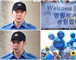 JYJ成员朴有天(左)于8月25日自江南区厅退伍,现场来自韩、日、港、台等地的百余名粉丝(右)拿着欢迎标语在外守候。(视频截图/大纪元合成)