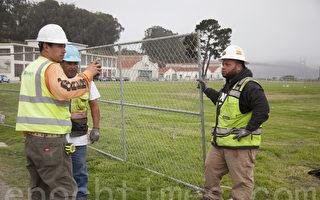 25日,舊金山城建工人在克里西菲爾德公園安置鐵柵欄。(周鳳臨/大紀元)