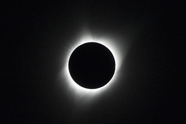 2017年8月21日在俄勒冈州Culver的日全蚀景象,白色光亮是一直存在却唯有日全蚀时才肉眼可见的日冕。(杨婕/大纪元)