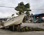 颶風哈維(Harvey)25日登陸德州後造成嚴重破壞,造成至少2人死亡,受影響地區的城鎮滿目瘡痍。圖為德州阿蘭薩斯港(Port Aransas),船隻被吹到道路上。 (MARK RALSTON/AFP/Getty Images)