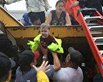 2017年8月28日,德州休斯頓,民眾協助受困民眾撤離災區。(Joe Raedle/Getty Images)