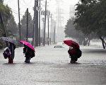 哈维飓风袭击德州,休斯顿遭遇前所未有的洪灾。图为2017年8月28日,德州休斯顿,水患严重,民众涉水撤离灾区。(Erich Schlegel/Getty Images)
