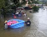 哈维飓风袭击德州,休斯顿遭遇前所未有的洪灾。图为2017年8月28日,德州休斯顿,水患严重,民众正在撤离灾区。(Joe Raedle/Getty Images)