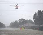 哈维飓风袭击德州,休斯顿遭遇前所未有的洪灾。图为2017年8月28日,德州休斯顿,直升机加入救援工作。(Joe Raedle/Getty Images)