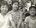 曾铮(图中)小时候与两个妹妹在四川绵阳人民公园的合影。自曾铮2001年逃离中国,三姐妹再也未能团聚过。不知今生三人还能否相聚?(曾铮提供)