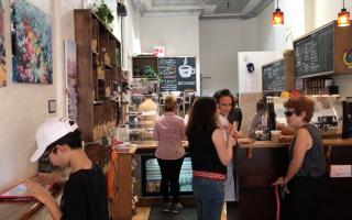咖啡店老板带上员工出门度假一天,老街坊们闻讯前来协助营业。 (兰青/大纪元)