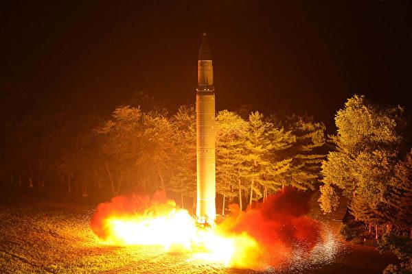 圖為朝鮮7月28日第二次發射的一枚洲際彈道導彈。(STR/KCNA VIS KNS/AFP)