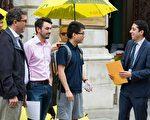 英国保守党人权委员会副主席本尼迪克特•罗杰斯(Benedict Rogers)(左一)和英国人权活动家格雷(Gray Sergeant)(左二),来自香港的伦敦政治经济学院留学生郑文杰(左三),向英国外交部递交公开联署信。(Simon Gross/大纪元)