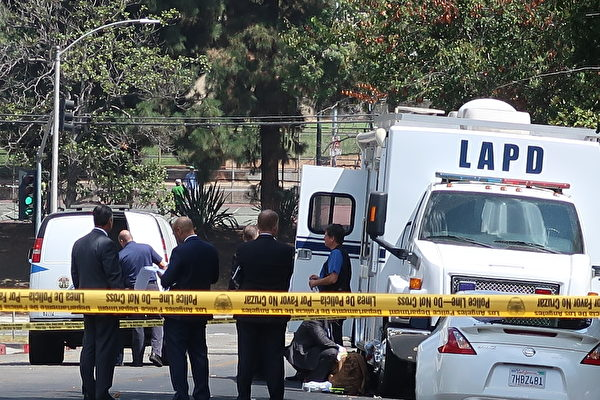 8月1日早晨,洛杉矶中领馆枪声响起。警方随即包围了现场。(徐绣惠/大纪元)