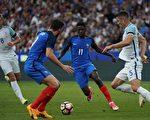 法国新星登贝莱(11号)以1.05亿固定转会费,外加40%浮动金,加盟巴塞罗那。(THOMAS SAMSON/AFP/Getty Images)