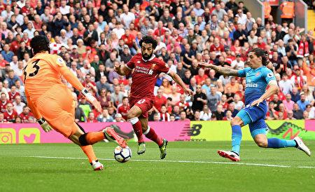 利物浦主場4:0橫掃阿森納。圖為利物浦球員進攻瞬間。 (Michael Regan/Getty Images)