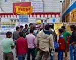 印度民众在听法轮功学员讲中共迫害真相(明慧网)