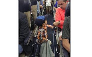 美国一名年仅两岁的小男孩,一个招牌小动作,融化了至少七万名网友的心。(西南航空脸书截图)