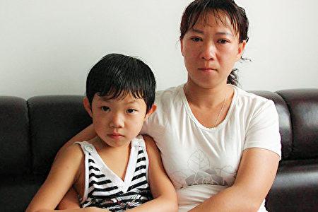 遲麗華和女儿幼時在中國的合影(遲麗華提供)