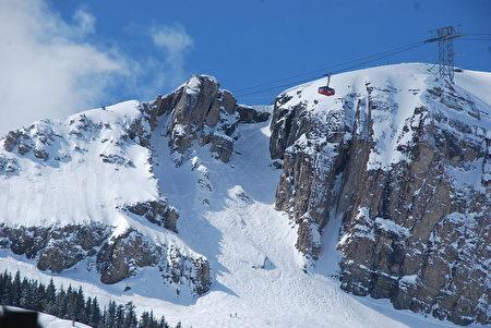 怀俄明州群山环绕的国家风景区将为您的日蚀体验提供另一个维度。 可选择是搭乘杰克逊电车(Jackson Hole Tram)到山顶,可以容纳许多日蚀观察员者。(维基百科)