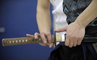 美国得克萨斯州新法律规定,像武士刀这样的刀剑可以合法携带上街。 ( AFP PHOTO / TOSHIFUMI KITAMURA)