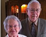 牵手相伴77年,8月4日雷蒙辞世那一刻,仍然执著韦尔瓦的手。30小时后,韦尔瓦追他而去,按照丈夫的遗愿和他同棺而眠。(脸书图片/大纪元合成)