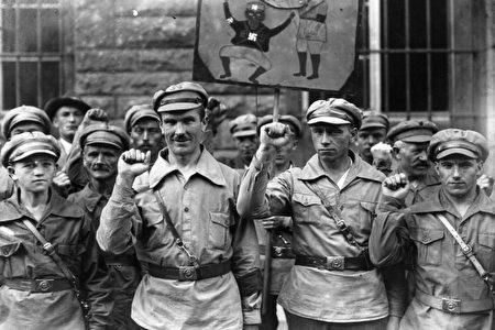 """1928年9月1日,""""反法西斯运动""""(Antifa,即苏联的开展暴力和恐吓活动的组织)的德国成员,在行握拳礼。 (Fox Photos/Getty Images)"""