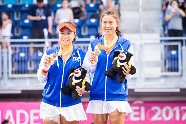 中华队网球女将詹咏然(左)、詹皓晴(右)姊妹28日在世大运网球女双决赛,以直落二击败对手,拿下台湾在世大运网球赛事首金。(陈柏州/大纪元)