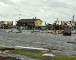 哈維颶風重創德克薩斯州,大量民宅遭到水浸。 (MARK RALSTON/AFP/Getty Images)