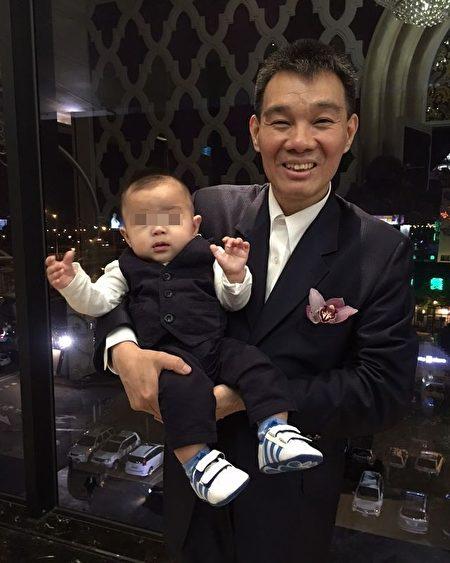 2015年陈雷抱着金孙欢喜留影。(黄群凯提供)