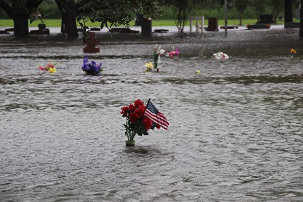 由於洪水開始蔓延到路易斯安那州,洪水控制措施變得不堪重負,估計總經濟損失一夜之間從300億美元飛漲至420億美元。(AFP/LamaLens/H. Ellessy)